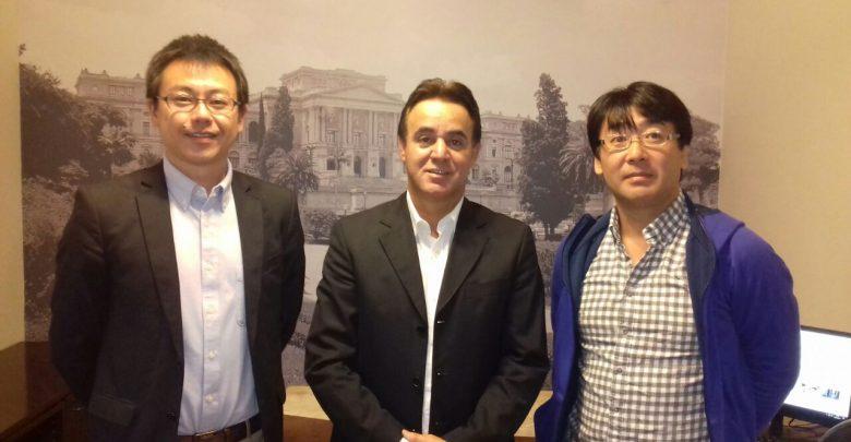 Intérprete Tsukasa Hirano, Adilson Barroso e o jornalista Toru Tamakawa