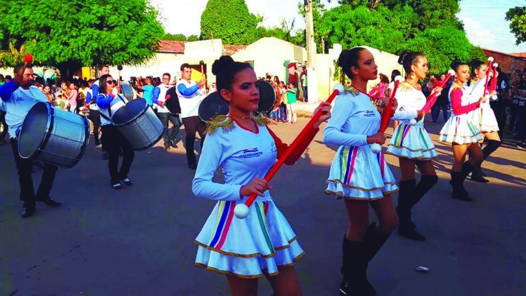 Fanfarra se apresenta no desfile de 7 de setembro de 2018. (Foto extraída do canal do https://www.youtube.com, postada pelo Prof. Marcos Cesar)